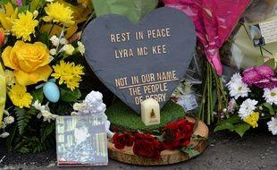Fleurs et présents déposés en hommage à la journaliste Lyra McKee tuée par balle lors d'emeutes à Londonderry (Irlande du nord) dans la nuit de jeudi à vendredi 19 avril 2019.