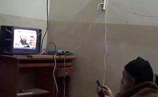 Photo non datée et diffusée en mai 2011 par la ministère de la Défense américain montrant Oussama ben Laden regardant la télévision dans sa tanière à Abbottabad, Pakistan