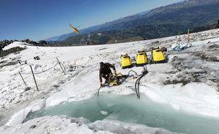 Un technicien prépare le pompage de la poche d'eau sous le glacier de Tête-rousse, dans le massif du Mont Blanc, le 25 août 2010.