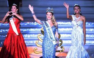 Mireia Lalaguna Rozo (au centre), Miss Espagne, (C) élue Miss Monde 2015, devant Miss Russie (à g.) et Miss Indonésie (à dr.), à Sanya, en Chine, le 19 décembre 2015. AFP PHOTO / JOHANNES EISELE