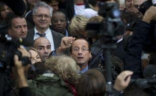 François Hollande, sur un marché dans le XVIIIe arrondissement, le 11 octobre 2011