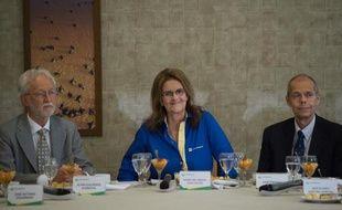 La présidente de la compagnie brésilienne Petrobras Maria das Gracas Foster et deux hauts cadres de l'entreprise lors d'une conférence de presse à Rio de Janeiro le 17 décembre 2014