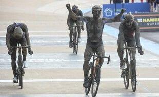 Sonny Colbrelli, vainqueur au sprint d'un Paris-Roubaix mémorable.