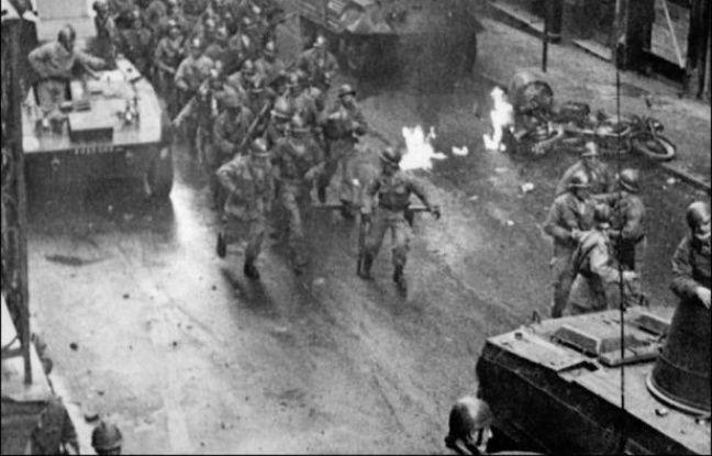 L'indépendance algérienne a été acquise par les armes durant sept ans et demi de guerre. C'est la seule ex-colonie française d'Afrique dans les années 60 à avoir dû s'affranchir avec violence de la tutelle de Paris.