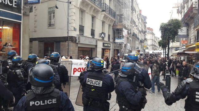 Le face-à-face entre les policiers et les manifestants.