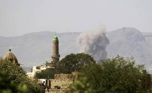 De la fumée au-dessus d'un dépôt d'armes après une frappe de la coalition arabe, le 23 septembre 2015 à Sanaa, au Yémen