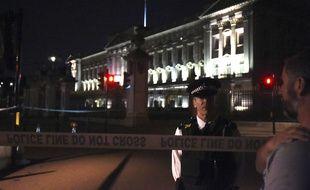 Un policier britannique devant le palais de Buckingham après une attaque au couteau, le 25 août 2017.