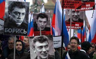 Des militants de l'opposition à Vladimir Poutine participent le 1er mars 2015 à une marche en faveur de l'opposant Boris Nemtsov, assassiné en plein centre de Moscou