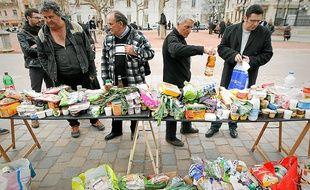 Les produits, récoltés dans les poubelles des supermarchés, sont distribués aux passants.