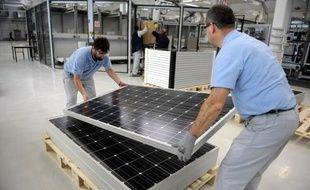 Une ligne robotisée flambant neuve, des salariés dans les starting blocks: Bosch convertit début janvier son usine de Venissieux, près de Lyon, jusqu'ici vouée à la sous-traitance automobile, à la production de panneaux photovoltaïques, pariant sur l'avenir du secteur.
