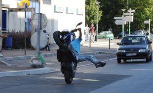 Illustration. Jeune à scooter en roue arrière dans la circulation