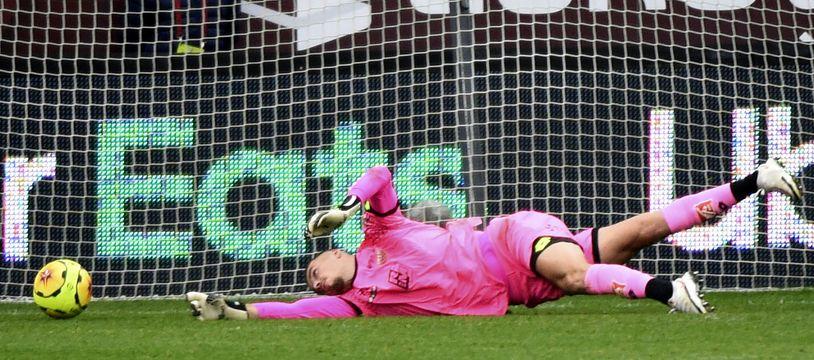 Le gardien de Dijon Anthony Racioppi a laissé le ballon entrer dans son but au bout du temps additionnel lors du match perdu 3-2 à Lorient.
