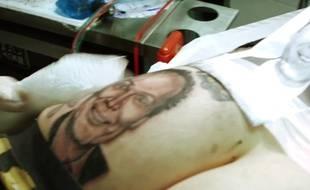 Un fan de Julien Lepers s'est fait tatouer le portrait de l'animateur sur la fesse