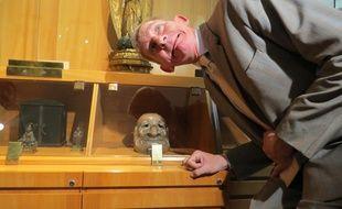 Le Président de Groland rencontre le masque japonais Nô-Jacques Chirac, au musée Labit.