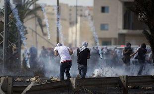 Les forces israéliennes utilisent du gaz lacrymogène face à des Palestiniens près de Ramallah, le 10 octobre 2015.