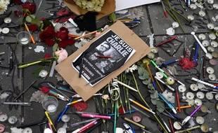 Des stylos déposés devant le siège de Charlie Hebdo, après l'attentat du 7 janvier 2015.