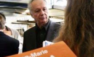 François Bayrou subit une nouvelle défection à quelques jours du congrès fondateur du Mouvement démocrate (MoDem), l'ancien journaliste Jean-Marie Cavada ayant accepté de diriger une liste UMP aux municipales dans le XIIème arrondissement de Paris.