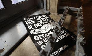 La fondation abbé Pierre a protesté le 6 décembre contre les dispositifs anti-SDF comme ici à Paris devant une banque.