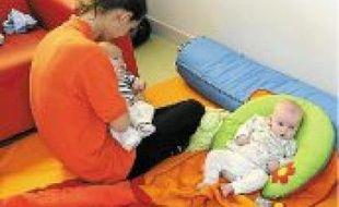 Certains parents renoncent à leur travail pour s'occuper des nouveau-nés.