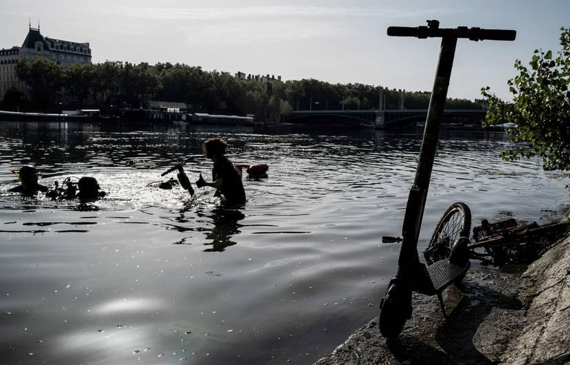 Lyon : Encore une centaine de trottinettes repêchée dans les eaux en quelques heures à Confluence