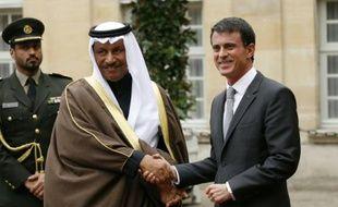 Le Premier ministre du Koweit, Sheikh Jaber al-Mubarak al-Sabah (g) et son homologue français, Manuel Valls, à Paris le 21 octobre 2015