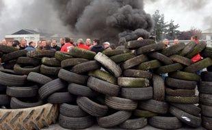 Les accès de l'usine Goodyear à Amiens-Nord, menacée de fermeture, ont été bloqués lundi par des salariés alors que la justice examinait la validité du plan de sauvegarde de l'emploi (PSE) concernant le site qui compte 1.173 salariés, a constaté une journaliste de l'AFP.