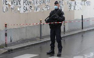 Un gendarme sur les lieux de l'attaque à l'arme blanche à Paris, du 25 septembre 2020.