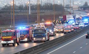 Une centaine de pompiers ont été mobilisés après l'accident sur l'A13 lundi 30 janvier 2017, qui a fait 65 blessés.