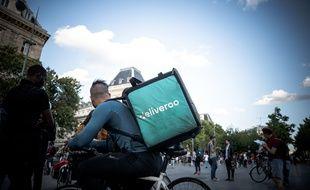 Un livreur Deliveroo lors d'un rassemblement place de la République à Paris, le 8 août 2019.