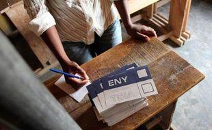 """Madagascar, miné par une grave crise politique depuis quatre ans, a franchi samedi un pas vers l'organisation d'une élection présidentielle enfin reconnue par la communauté internationale, avec le retrait de trois candidatures """"illégales""""."""