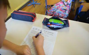 Un élève remplissant une fiche de renseignements dans une école de Bourgoin Jallieu, le 2 septembre 2019