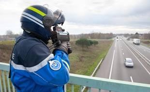 Photo d'illustration d'un contrôle de vitesse sur l'autoroute par un gendarme.