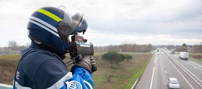 Un contrôle de vitesse sur l'autoroute par un gendarme. Illustration.