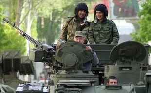 Des rebelles prorusses participent une parade de la Victoire à Donetsk, le 5 mai 2015