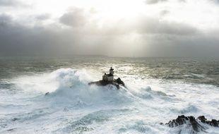 Le phare de Tévennec dans la tempête, au large du Finistère.