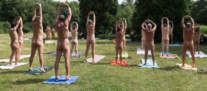 Une séance de yoga naturiste organisée au bois de Vincennes, à Paris.