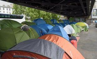 Des centaines de migrants, la plupart d'Afrique de l'Est, habitent dans ce camp sous la ligne de métro près de la porte de La Chapelle, à Paris, le 26 mai 2015