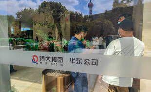 Les investisseurs se rassemblent dans le hall de l'immeuble de bureaux Evergrande Center sur le North Bund le 17 septembre 2021 à Shanghai, en Chine. Evergrande a récemment été plongé dans une crise de la dette.