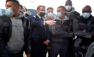 Emmanuel Macron et des jeunes à Stains en mars 2021.