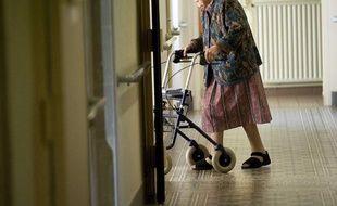 Un femme et son déambulateur, dans les couloirs de la maison de retraite Sainte Marie, à Angers (Maine et Loire), en avril 2011