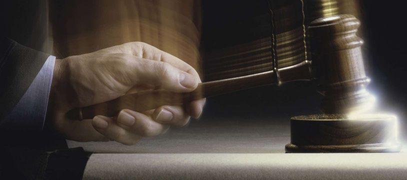 Le marteau de la justice. Illustration.
