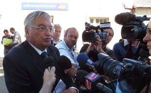 Jacques Auxiette exprimant sa colère ce mercredi devant la gare de Sainte-Pazanne.