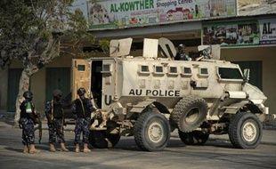 Des policiers au lendemain d'une attaque à la voiture piégée perpetrée par des shebabs proches d'Al-Qaïda devant un hôtel de Mogadiscio en Somalie le 28 mars 2015