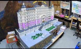 Une équipe de dix personnes a reconstruit The Grand Budapest Hotel en Lego