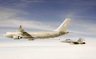 Un Airbus A330 MRTT ravitaille un F-18 de l'armée espagnole lors d'une simulation réalisée en novembre 2009.
