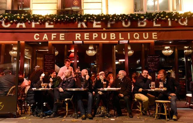 Une terrasse parisienne, une semaine après les attaques