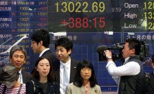 La refonte de la politique monétaire de la Banque du Japon a entraîné une journée historique sur les marchés nippons vendredi, avec un volume d'échange record à la Bourse de Tokyo, une dépréciation du yen et une chute du taux d'intérêt des obligations d'Etat à un niveau inédit.