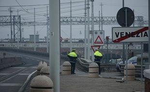 Des policiers en faction pendant le désamorçage d'une bombe à Venise (Italie), le 2 février 2020.