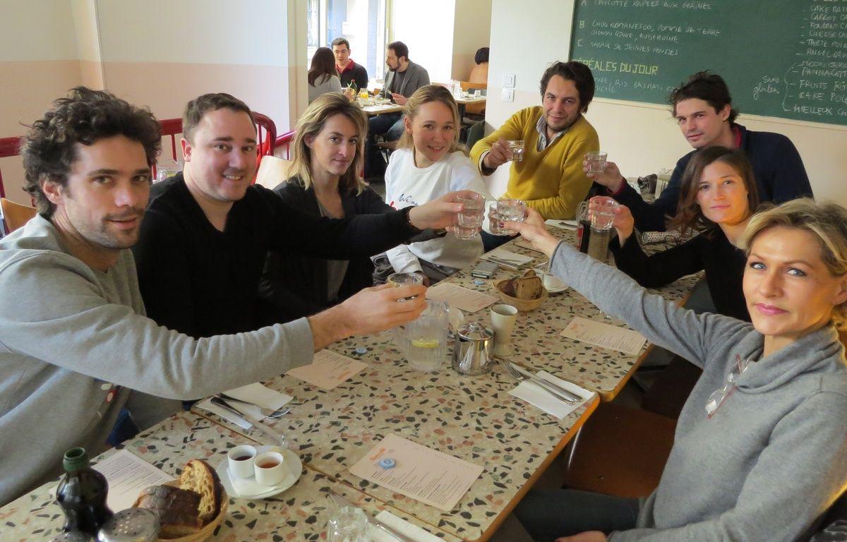 """Dimanche midi, plusieurs participants au challenge """"21 jours sans alcool"""" d'Air Detox se sont réunis pour un brunch à Paris pour lancer leur défi. A table? De l'eau bien sûr. – F. Pouliquen / 20 Minutes"""