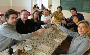 """Dimanche midi, plusieurs participants au challenge """"21 jours sans alcool"""" d'Air Detox se sont réunis pour un brunch à Paris pour lancer leur défi. A table? De l'eau bien sûr."""